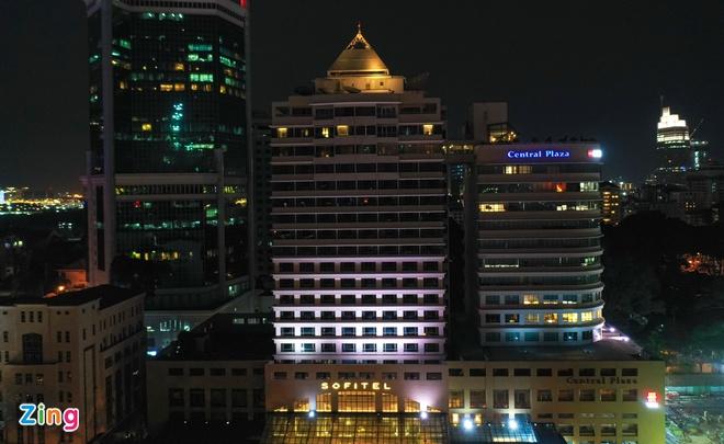 Trong thời điểm dịch bệnh, các khách sạn tại khu trung tâm quận 1, TP.HCM chỉ lác đác vài phòng sáng đèn. (Ảnh qua Zing)