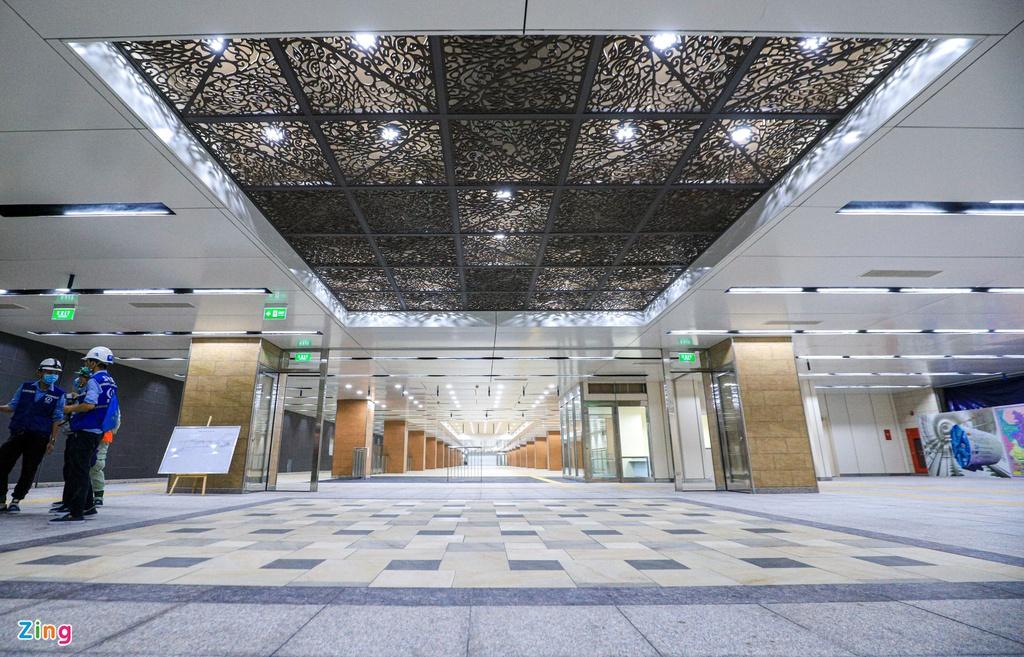 Một mảng trần nghệ thuật mô phỏng hình ảnh Nhà hát Thành phố được đặt tại sảnh chính khu vực mua bán vé, điểm đầu của ga ở tầng B1. (Ảnh qua Zing)