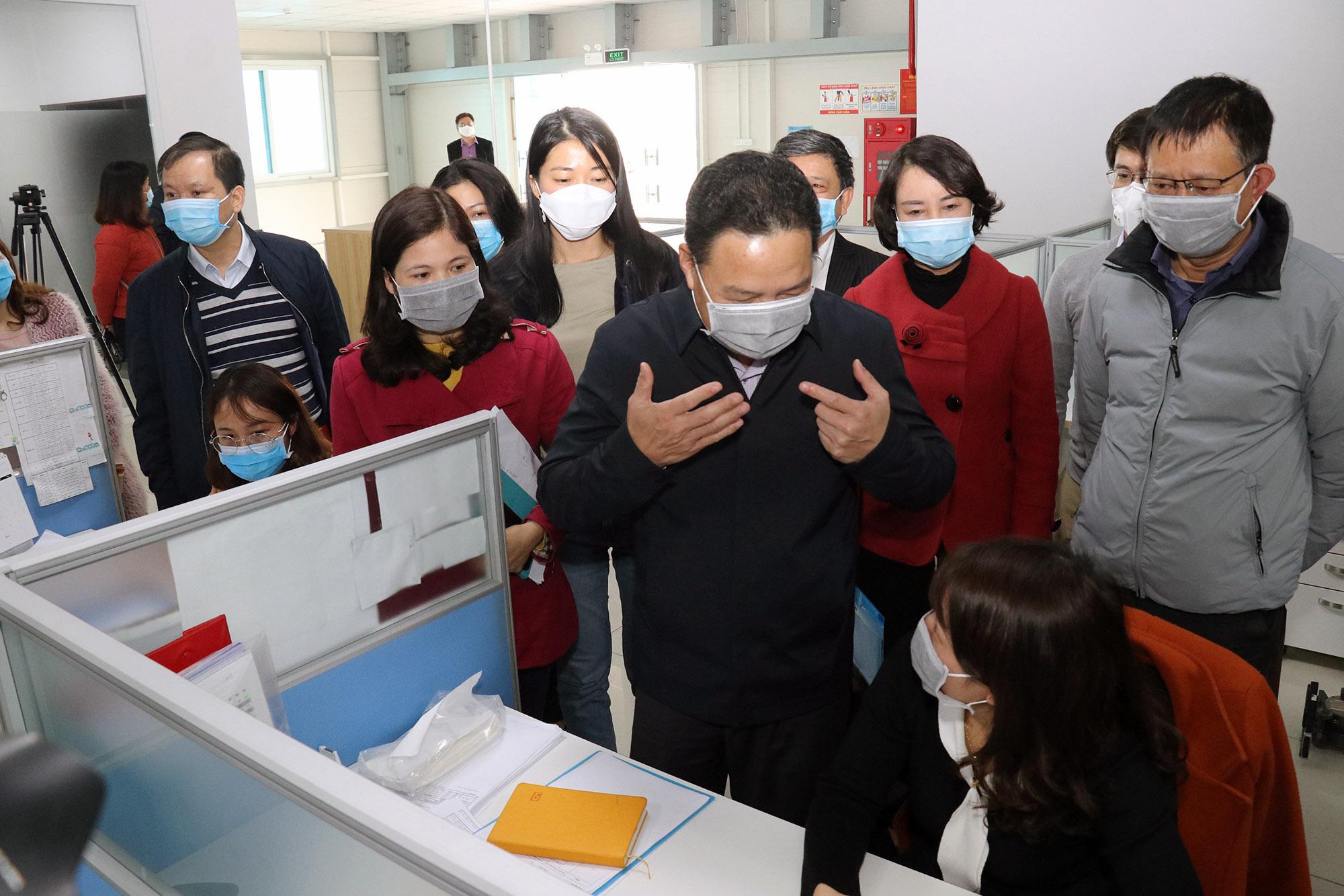 Lãnh đạo Bộ Lao động, Thương binh và Xã hội đi kiểm tra công tác phòng, chống dịch bệnh tại một doanh nghiệp ở tỉnh Hà Nam. (Ảnh qua tuoitre)