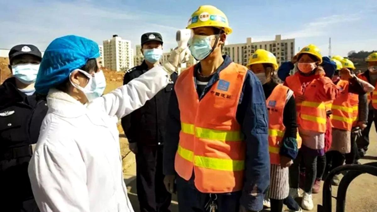 Công nhân xây dựng bệnh viện Lôi Thần Sơn bị chèn ép tiền lương, còn phải tự trả chi phí cách ly (ảnh 1)