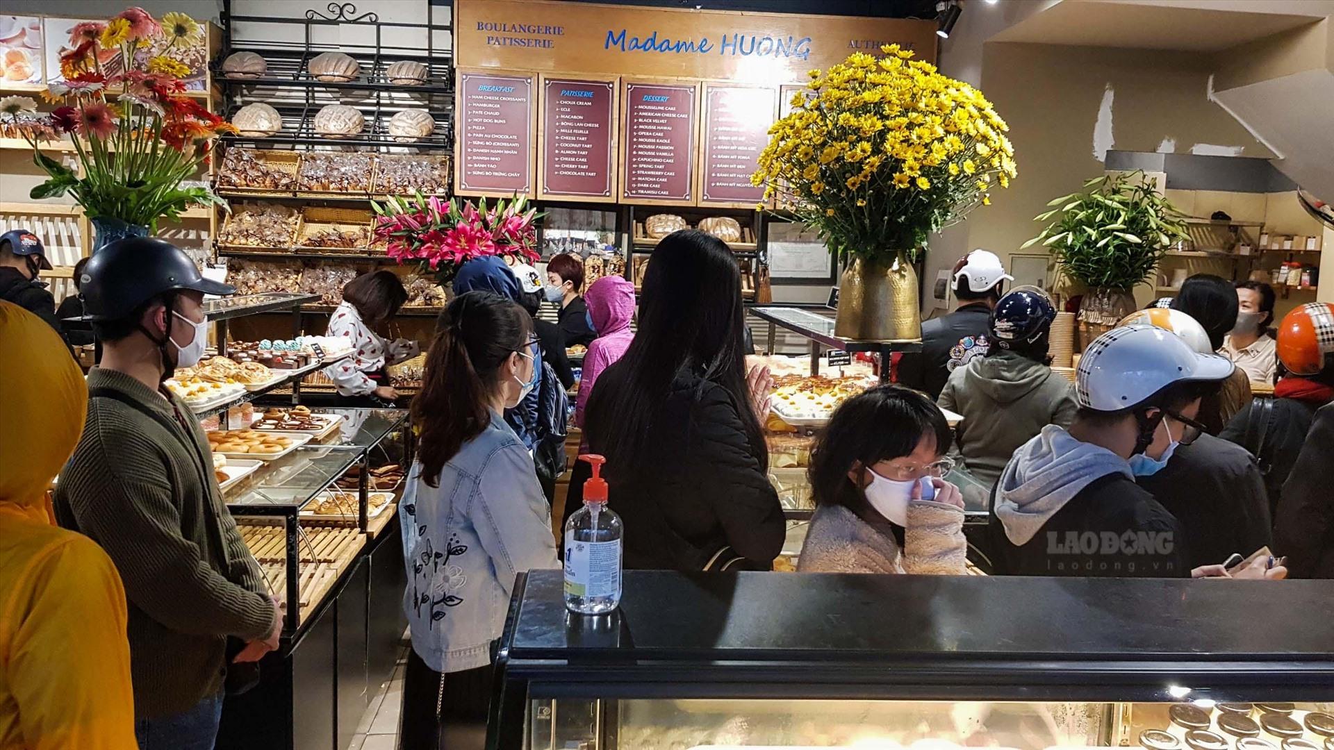 Bất chấp dịch Vũ Hán, người dân chen chúc xếp hàng mua bánh Madame Huong. (Ảnh qua laodong)