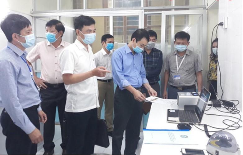 Cơ quan chức năng kiểm tra hệ thống xét nghiệm Realtime-PCR để xét nghiệm SARS-CoV-2 do Bộ Y tế cấp cho Quảng Bình. (Ảnh qua nld)