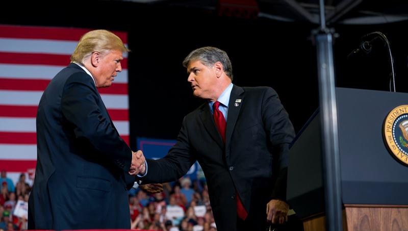 Tổng thống Trump và người dẫn chương trình Sean Hannity của Fox News.