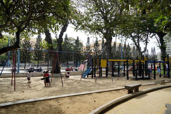 Trẻ em chơi đùa ở công viên Bãi Trước, Vũng Tàu sáng 17/4. (Ảnh qua tuoitre)