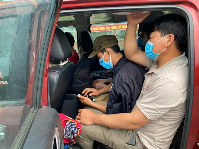 Những người vượt biên trái phép ngồi chen chúc trên chiếc xe bán tải. (Ảnh qua thanhnien)