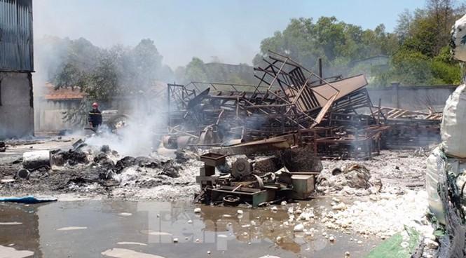 Một phần khu nhà xưởng bị cháy trụi và đổ sập hoàn toàn. (Ảnh qua plo)