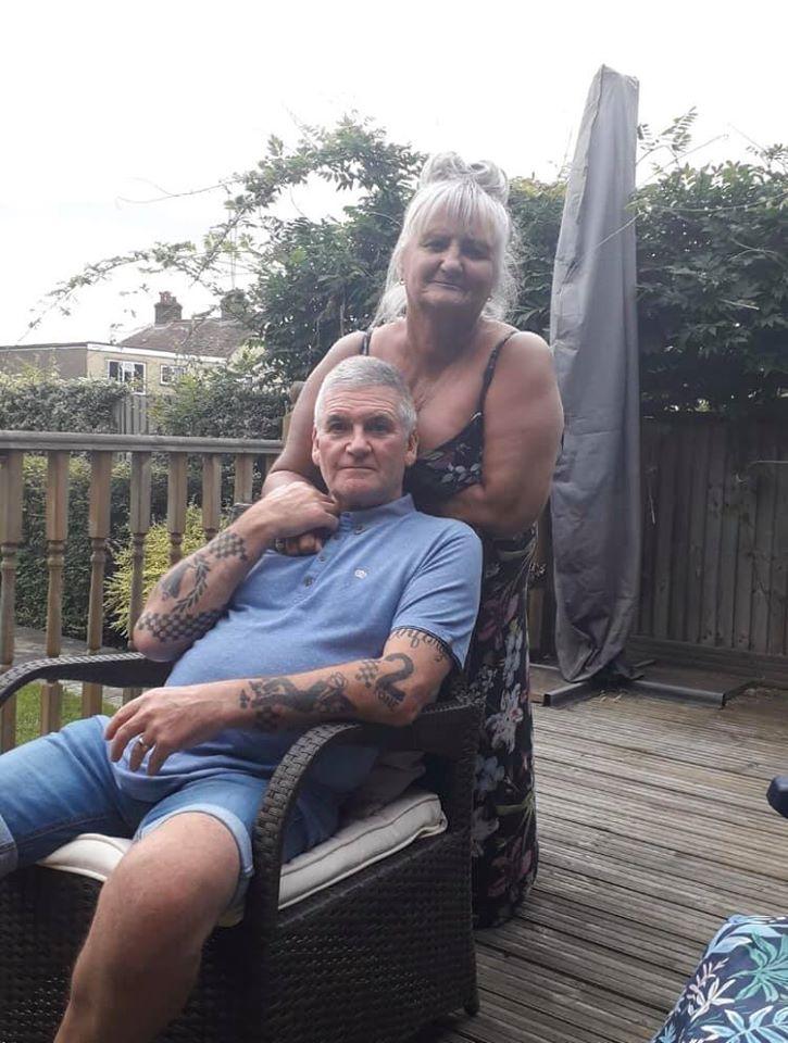 Bà Tracy bên cạnh chồng.