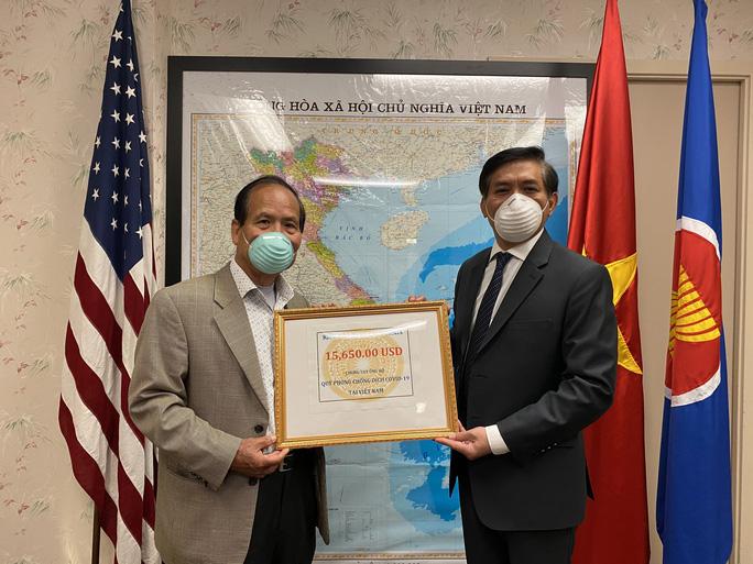Ông Nguyễn Công Chánh (trái) thay mặt cho các kiều bào khu vực bang California trao tặng số tiền ủng hộ. (Ảnh qua nld)