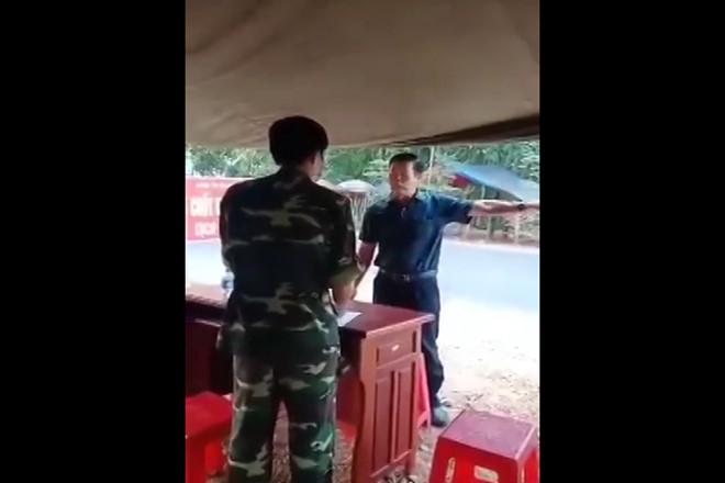 Hình ảnh ông Lưu Văn Thanh có thái độ chống đối lực lượng chức năng tại chốt kiểm dịch. (Ảnh qua thanhnien)