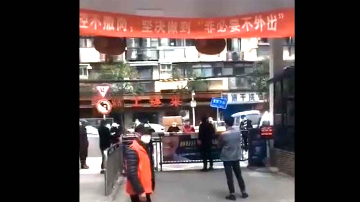Vũ Hán vừa mở cửa trở lại thì có nơi trong thành phố lại bị phong tỏa (ảnh 1)