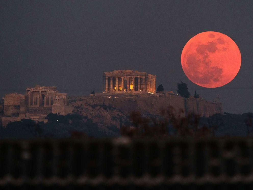 Hiện tượng nguyệt thực toàn phần được chụp tại ngôi đền Parthenon 2.500 năm tuổi trên thành Acland của Athens, Hy Lạp, vào ngày 31/1/2018.