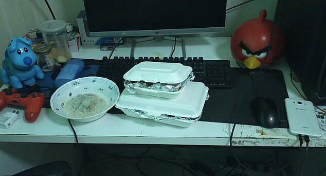 Bàn máy tính đầy đồ ăn của Piyawat. (Ảnh qua Unilad)