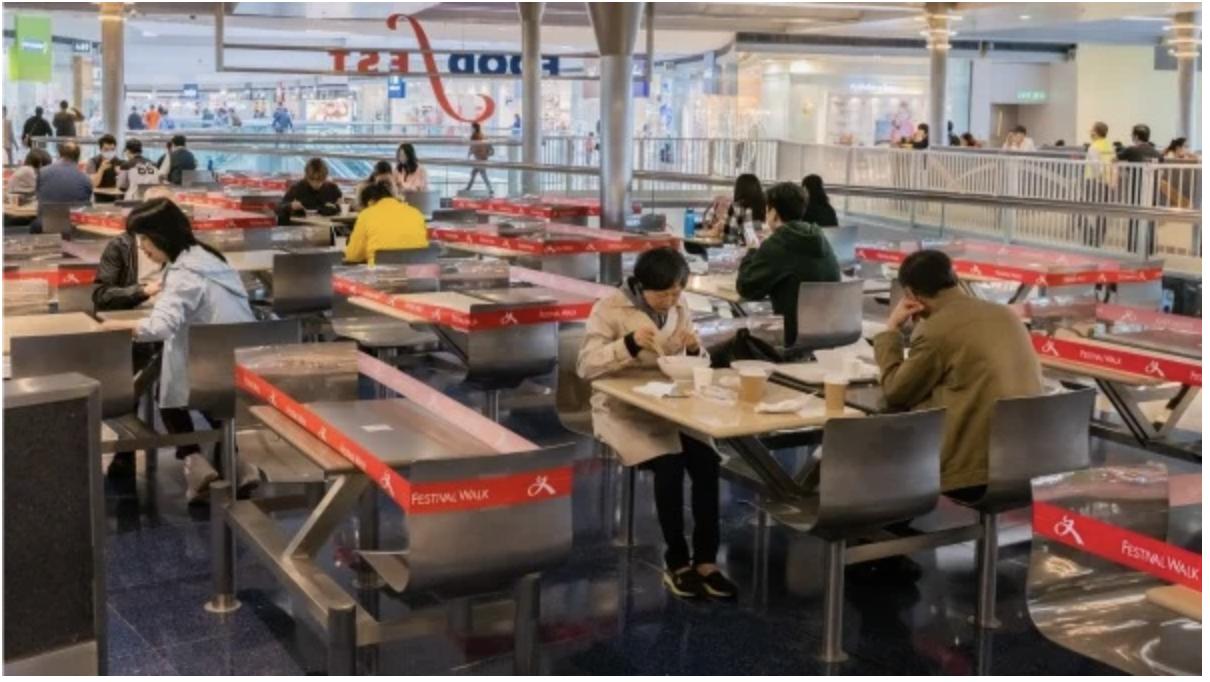 Một quán ăn ở Hồng Kông bố trí bàn ghế đảm bảo khoảng cách an toàn cho thực khách.