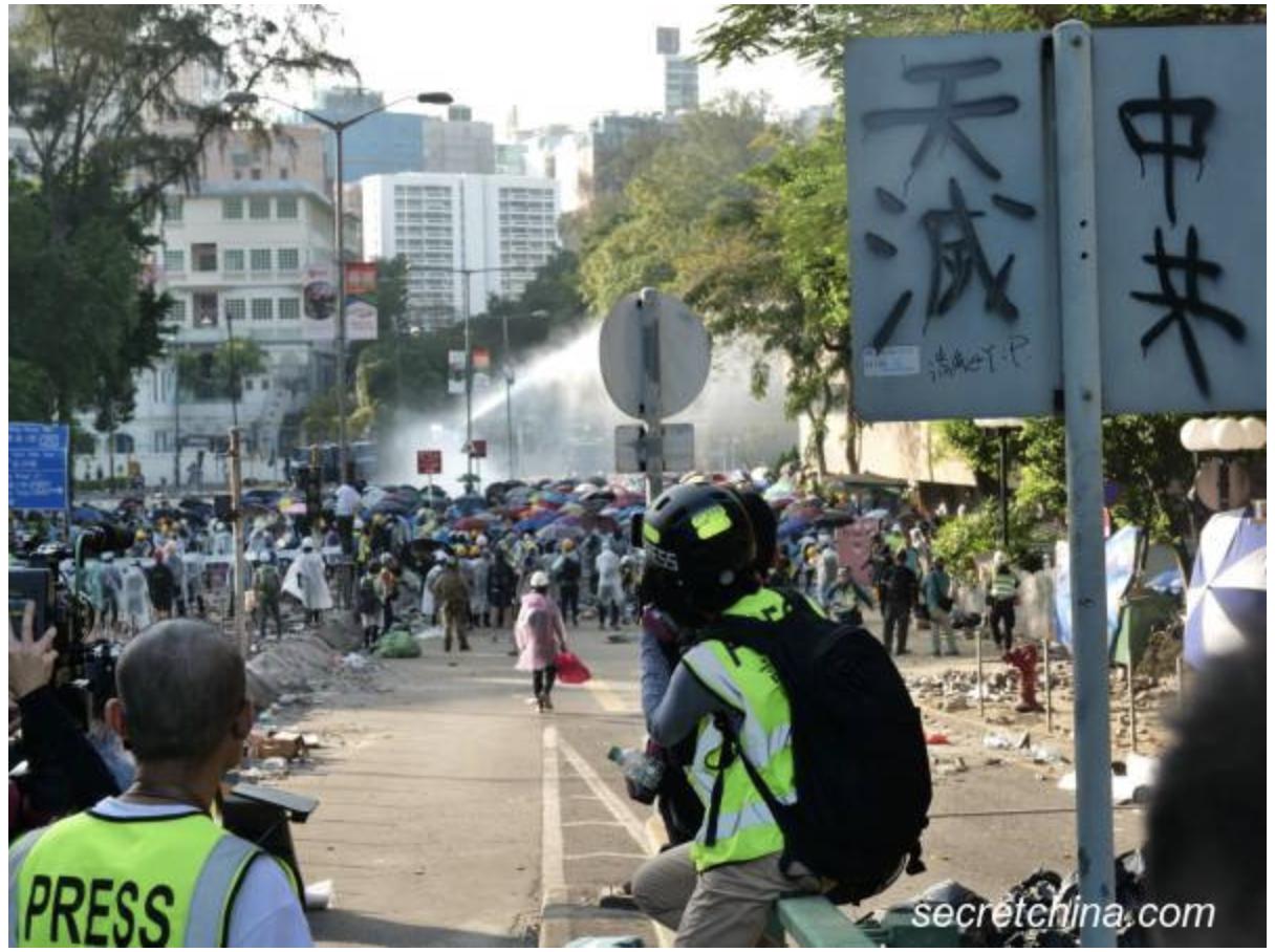 """Trong các cuộc biểu tình phản đối Dự luật dẫn độ, đến đâu cũng đều nhìn thấy khẩu hiệu """"Trời diệt Trung Cộng""""."""