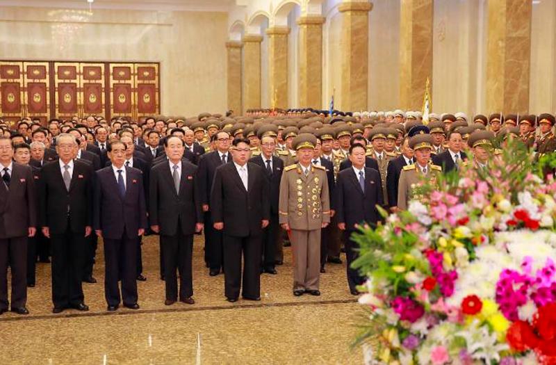 Ông Kim Jong Un và các quan chức cấp cao Triều Tiên viếng Cung Mặt trời Kimsusan năm 2017