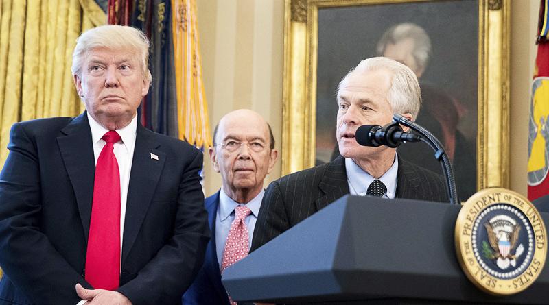 Cố vấn Nhà Trắng Peter Navarro phát biểu, đứng bên cạnh là Tổng thống Trump