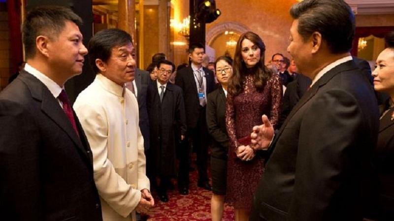 Thành Long nói chuyện với Chủ tịch Trung Quốc Tập Cận Bình tại một sự kiện ở Anh quốc năm 2015. (Ảnh qua BBC)