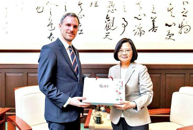 hị trưởng Prague Zdeněk Hřib gặp Tổng thống Đài Loan Thái Anh Văn tại Đài Bắc. (Ảnh qua tibetanreview.net)
