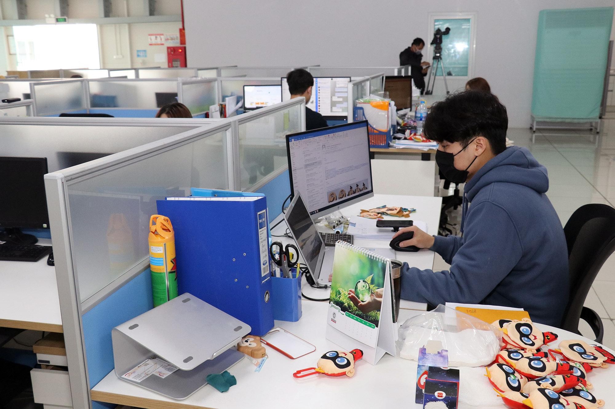 Chuyên gia Hàn Quốc tại một công ty ở Khu công nghiệp huyện Lý Nhân, tỉnh Hà Nam làm việc khi dịch bệnh viêm phổi Vũ Hán đang xảy ra. (Ảnh qua tuoitre)