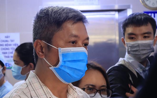 Thứ trưởng Bộ Y tế Nguyễn Trường Sơn kiểm tra công tác phòng, chống dịch viêm phổi Vũ Hán (Covid-19) tại TP.HCM. (Ảnh qua thanhnien)