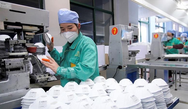 Một dây chuyền sản xuất khẩu trang ở Thượng Hải. (Ảnh qua Reuters)