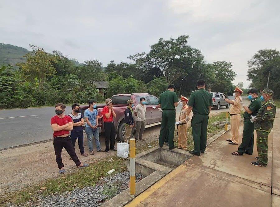 Lực lượng chức năng Quảng Trị phát hiện 6 người vượt biên trái phép để trốn cách ly. (Ảnh qua laodong)