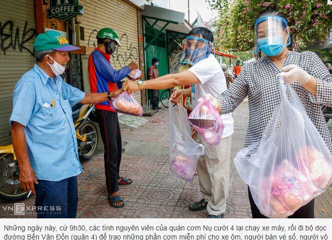 Quán cơm Nụ cười 4 trao thức ăn miễn phí cho người nghèo.