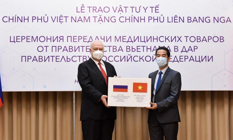 Thứ trưởng Tô Anh Dũng (phải) trao tượng trưng số khẩu trang cho Đại sứ Nga Vnukov ở trụ sở Bộ Ngoại giao hôm 13/4. (Ảnh qua vnexpress)