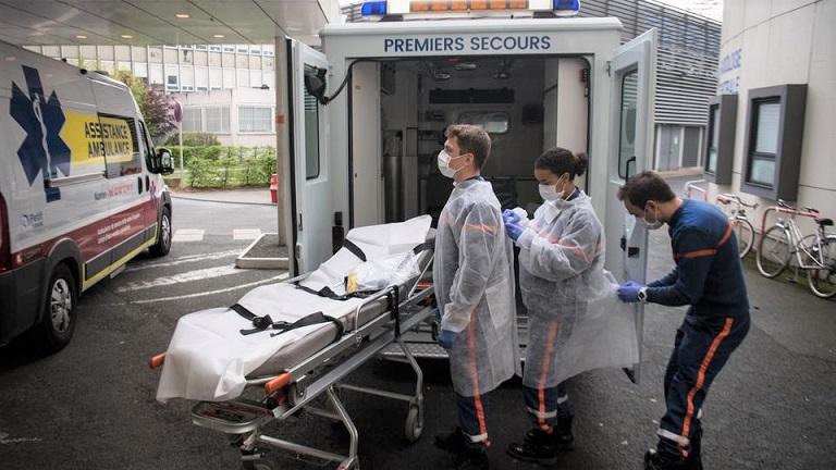 Các nhân viên y tế thuộc cơ quan Bảo vệ dân sự  kiểm tra lại đồ nảo hộ trước khi vào trung tâm chăm sóc người vô gia cư bị nhiễm virus Vũ Hán ngày 7/4/2020, ở Saint-Aignan-Grandlieu, miền tây nước Pháp. (Ảnh qua AFP)