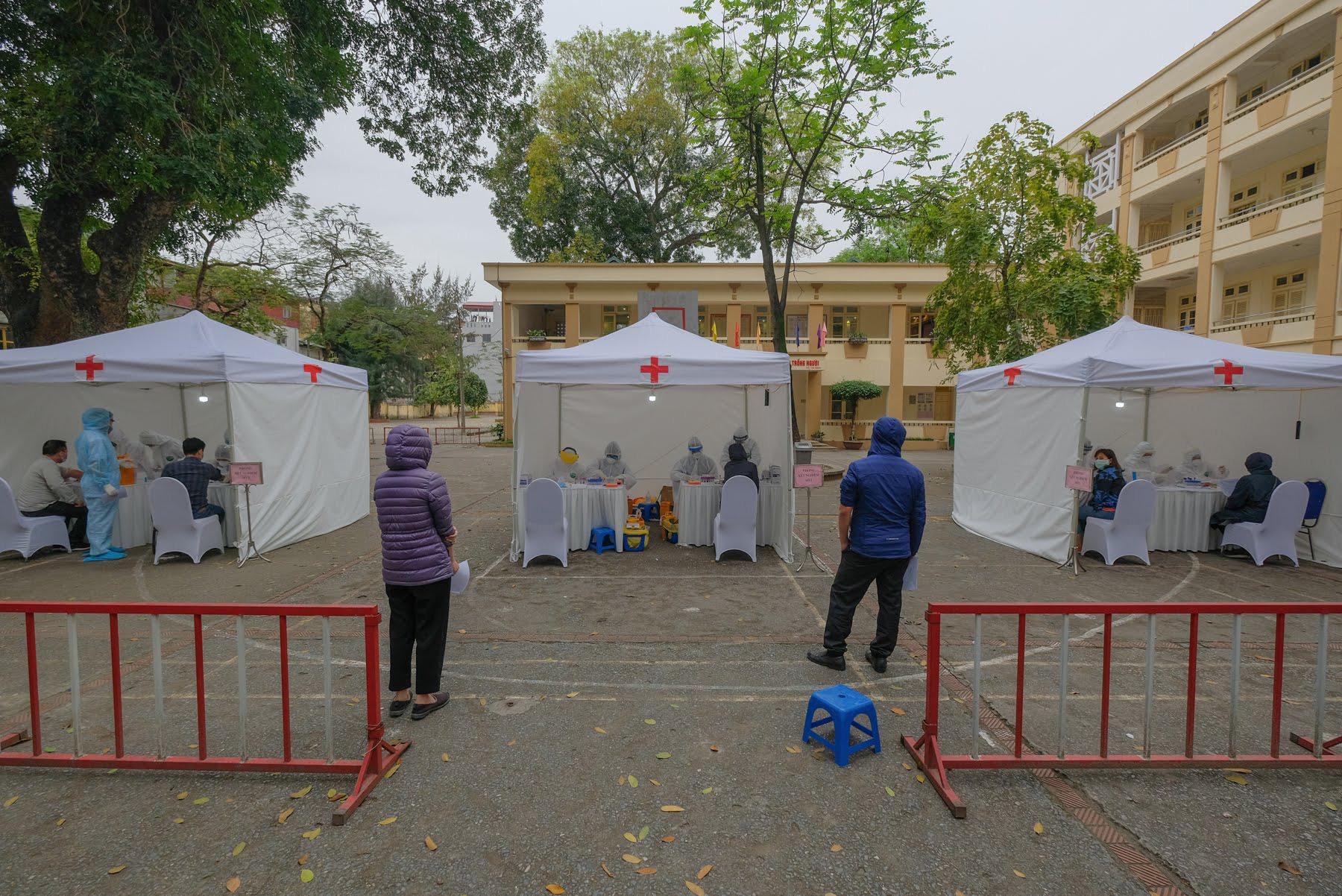 Hà Nội triển khai xét nghiệm nhanh virus Vũ Hán tại các phường quanh Bệnh viện Bạch Mai. (Ảnh qua tuoitre)