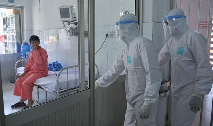 Lực lượng y tế và thăm khám cho bệnh nhân. (Ảnh qua thanhnien)