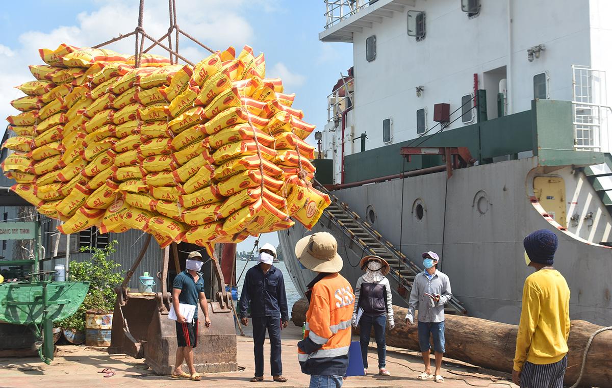 Chuyển gạo để xuất khẩu sang Philippines tại cảng Mỹ Thới, TP Long Xuyên, An Giang. (Ảnh qua tuoitre)