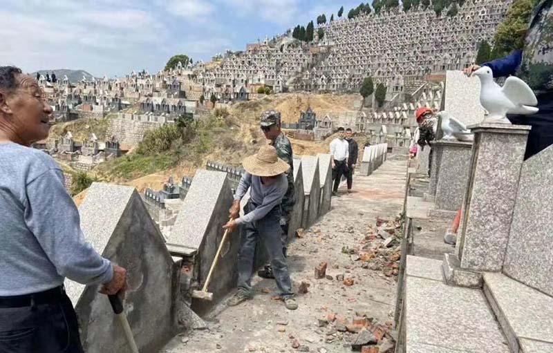 nghĩa trang của các tín đồ Cơ Đốc ở Phúc Kiến và Giang Tây bị đập phá.