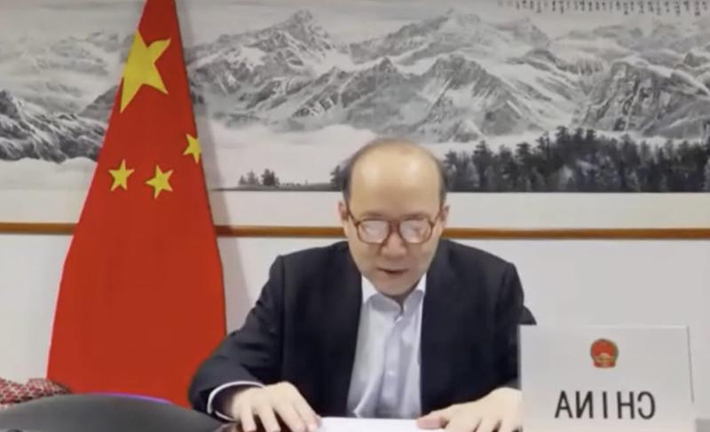 Ông Trần Húc, Đại sứ Trung Quốc tại Liên Hợp Quốc ở Geneva không kịp thắt cà vạt trước khi tham dự cuộc họp của WHA ngày 18/5.