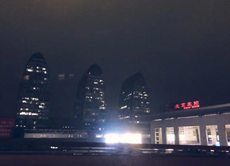 Vào lúc 3 giờ chiều vào ngày 21/5, khi Lưỡng hội ĐCSTQ đang được tổ chức, bầu trời ở Bắc Kinh bỗng nhiên trở nên tối đen.