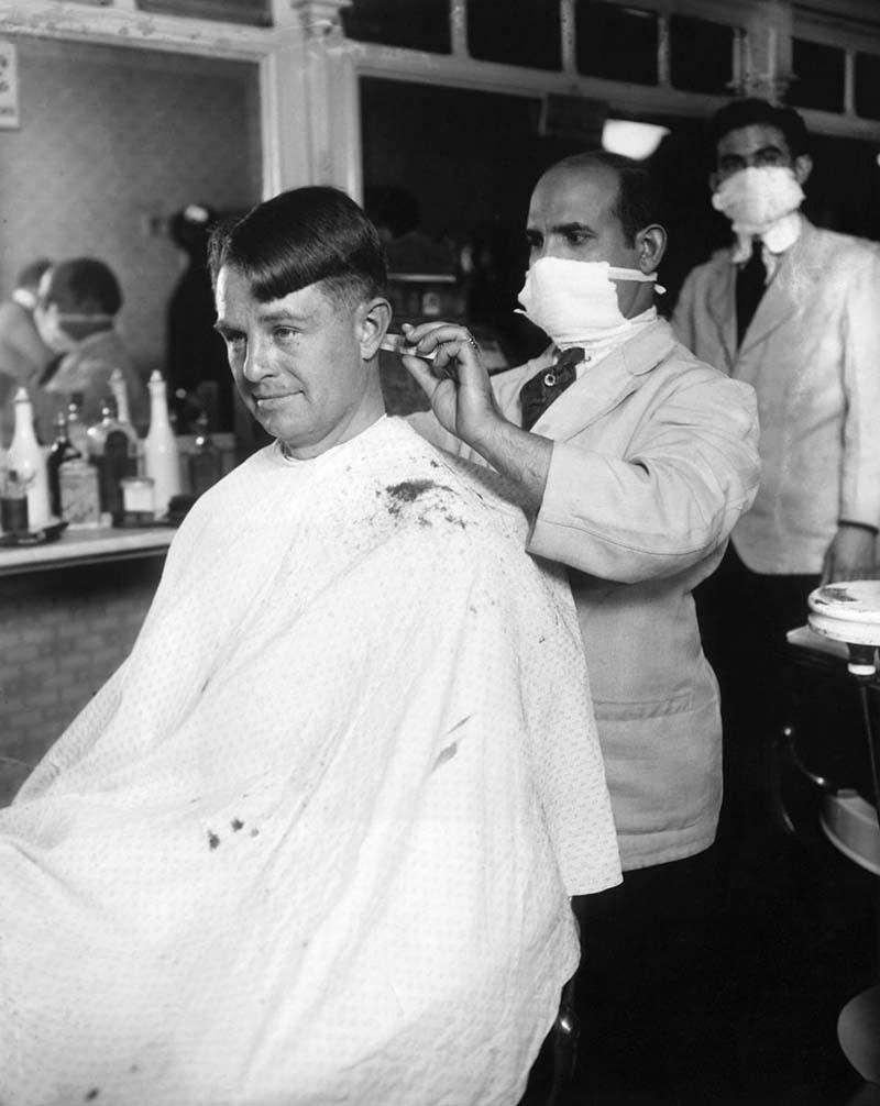 Thợ cắt tóc thời đó cũng phải đeo khẩu trang, nhưng không thể đảm bảo được giãn cách xã hội.