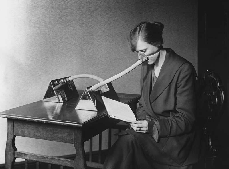 Tại thời điểm dịch cúm Tây Ban Nha bùng phát, một người phụ nữ đã phải đeo khẩu trang khi đọc sách.