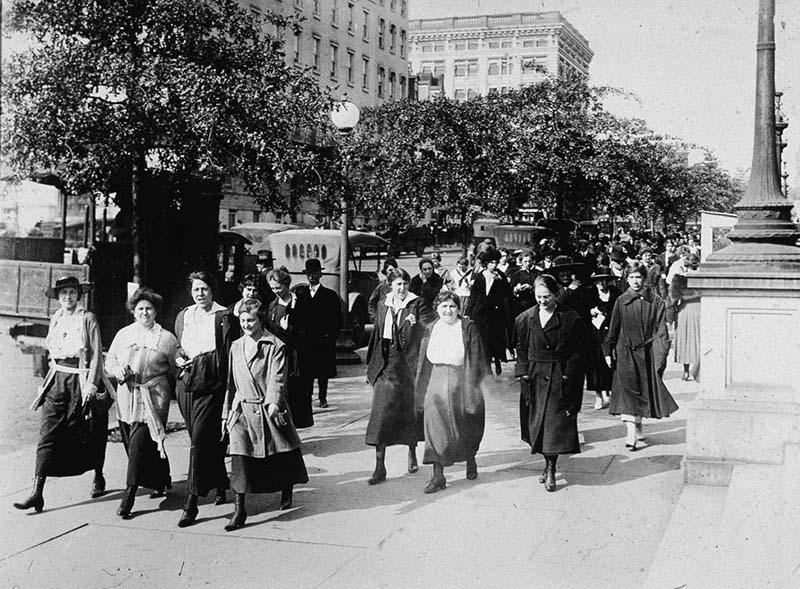 """Trong Thế chiến thứ nhất, các nhân viên nữ của """"Bộ Chiến tranh"""" Anh đã đi bộ 15 phút mỗi sáng và tối để hít thở không khí trong lành."""