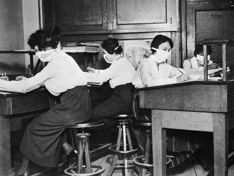 Các nhân viên nữ đeo khẩu trang vải theo kiểu khẩu trang ngoại khoa.
