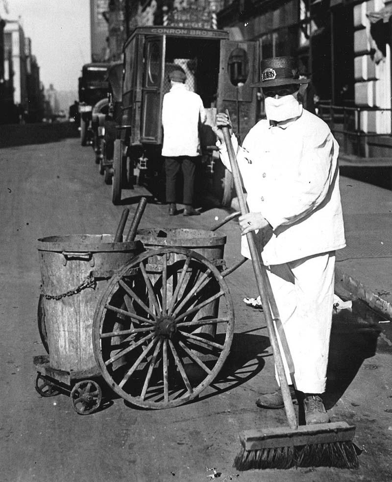 """Vào tháng 10/1918, công nhân vệ sinh ở New York cũng phải đeo khẩu trang để giúp kiểm soát sự lây lan của dịch cúm. Tại thời điểm đó, một viên chức y tế ở New York đã nói: """"Hài hước còn hơn là chết""""."""