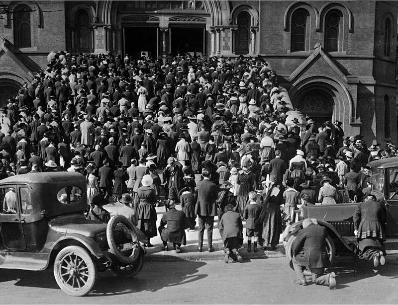 """Vào lúc đỉnh điểm của dịch cúm, người dân San Francisco tụ tập bên ngoài """"Cathedral of Saint Mary of the Assumption"""" để tham dự buổi lễ."""