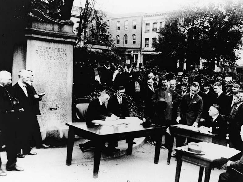 San Francisco vào năm 1918, phiên tòa được mở trong công viên.