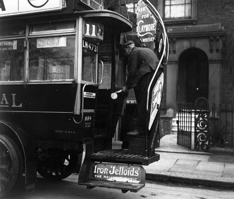 Vào tháng 3/1920, xe buýt ở Luân Đôn phun thuốc khử trùng chống cúm.