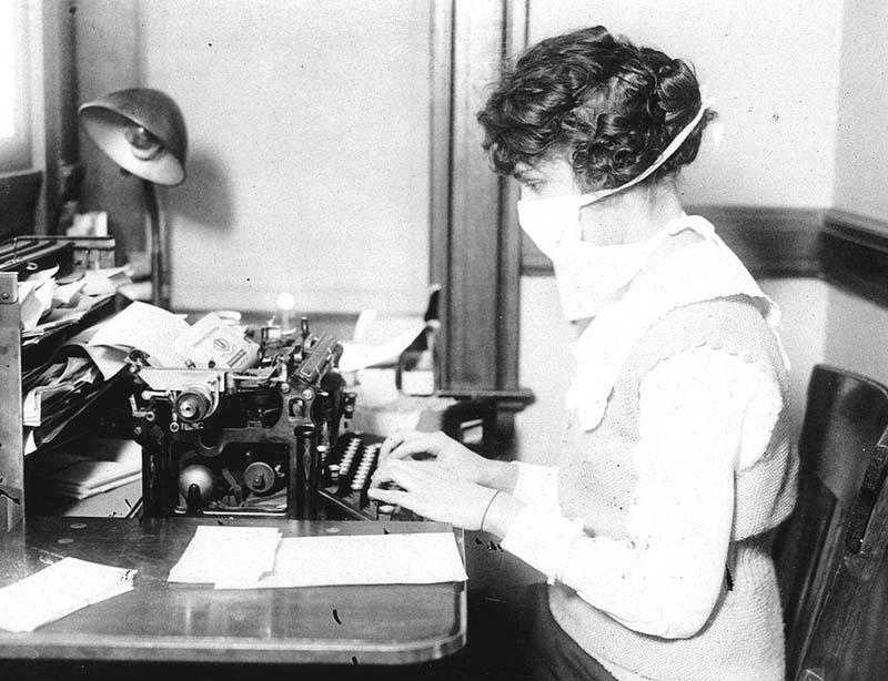 Trong đại dịch cúm năm 1918, những nhân viên đánh máy vẫn đeo khẩu trang tại nơi làm việc.