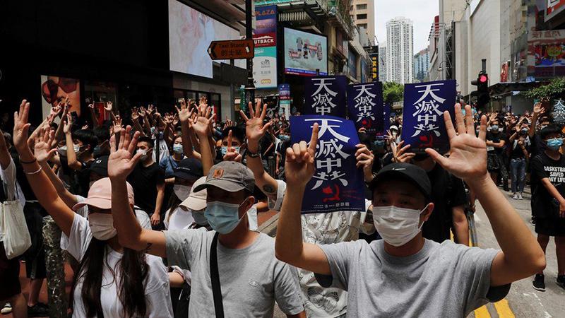 Người biểu tình đi trên đường phản đối luật an ninh quốc gia của Trung Quốc áp đặt lên Hồng Kông ngày 24/5/2020.