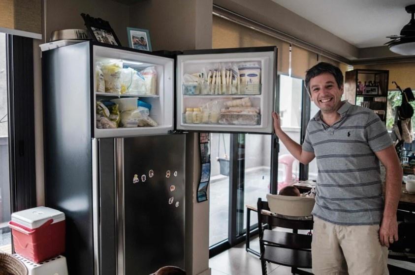 Tủ lạnh chất đầy sữa được quyên góp.