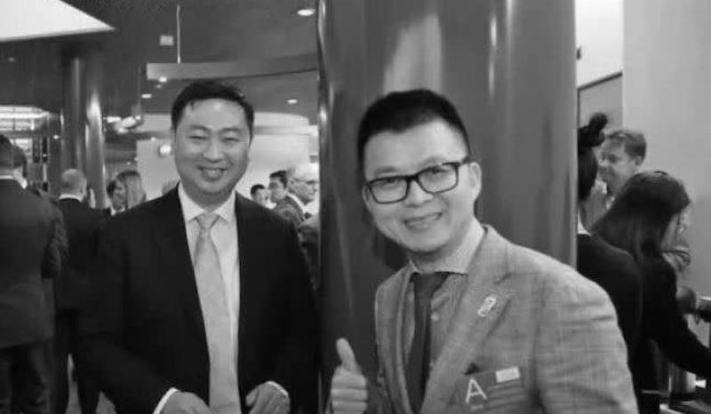 Đường Siêu (người đeo kính) và Đại sứ Trung Quốc tại Phần Lan Trần Lập.