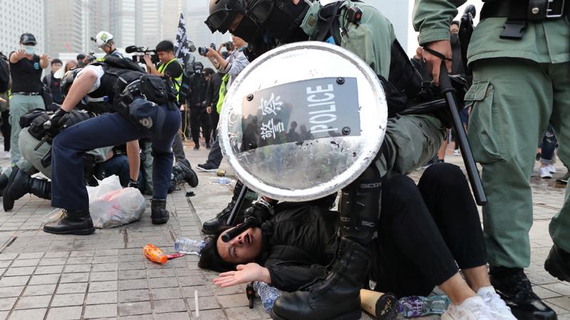 """Cảnh sát chống bạo động trấn áp đoàn người biểu tình phản đối """"Luật an ninh quốc gia"""" tại Hồng Kong."""