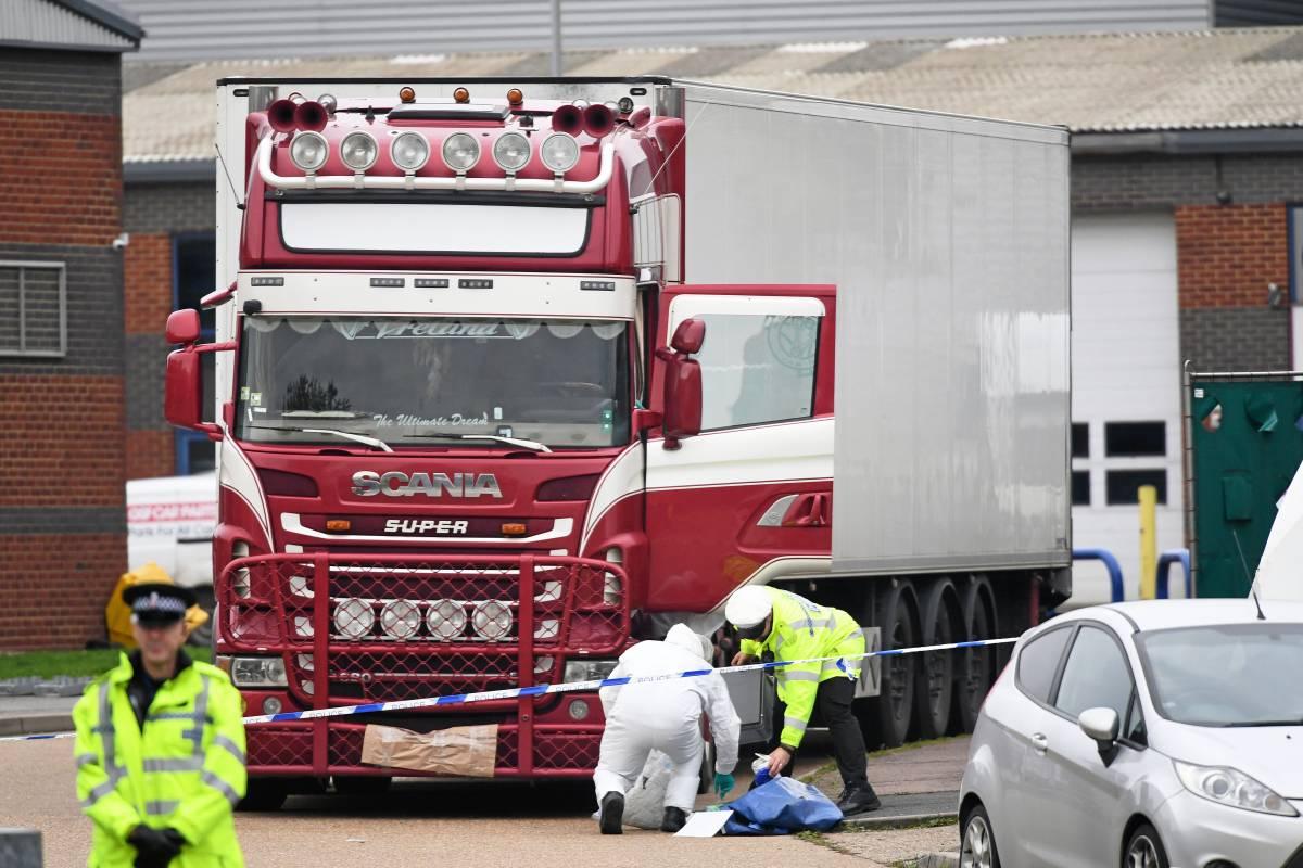 Ảnh chụp xe tải chở container chứa 39 thi thể người Việt được phát hiện tại hạt Essex - Anh, hôm 23/10/2019. (Ảnh qua nld)