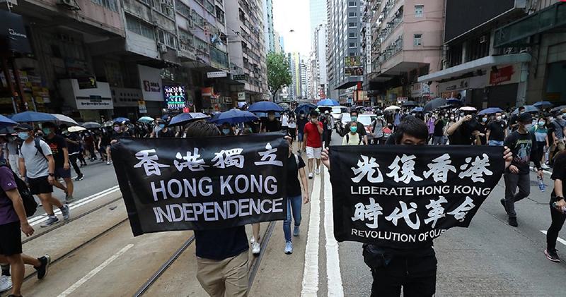 Người biểu tình diễn hành trên đường ngày 24/5 để phản đối luật an ninh quốc gia của Trung Quốc áp đặt lên Hồng Kông.